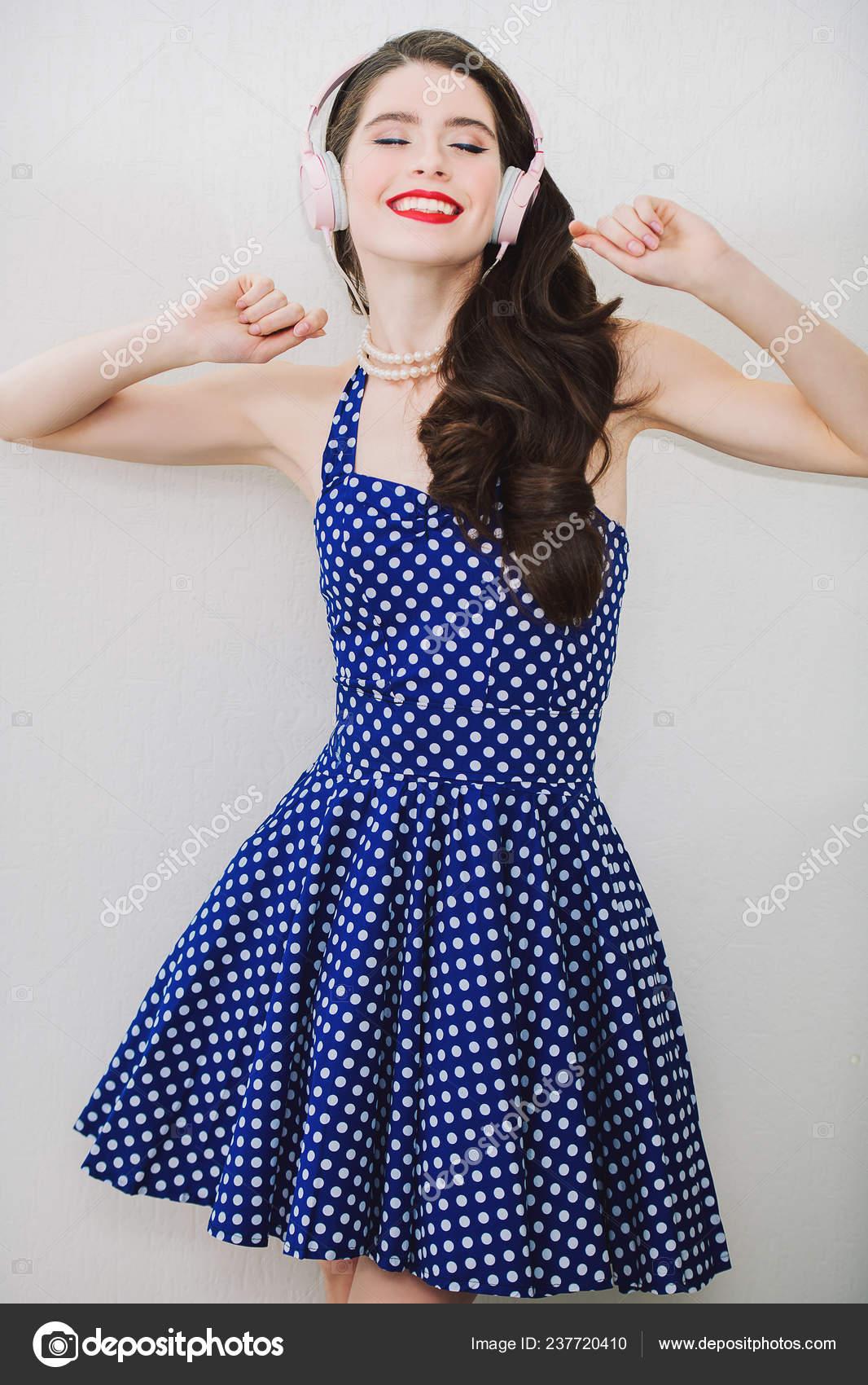 Retrato Mujer Joven Atractiva Vestido Azul Con Puntos