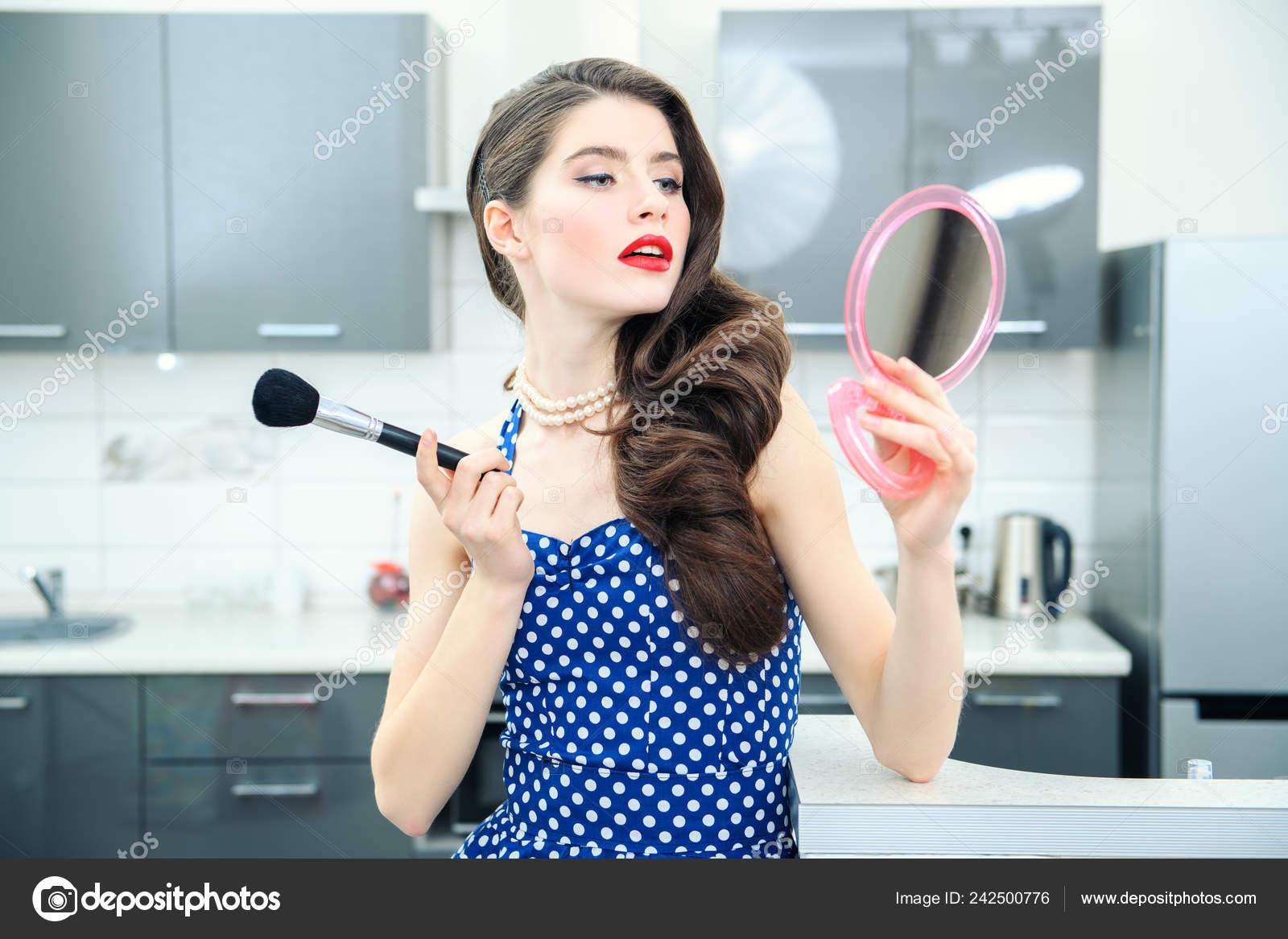 Retrato Una Mujer Joven Atractiva Vestido Azul Oscuro Con