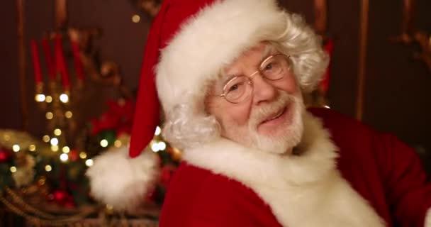 karácsonyi nevetés a fa mellett