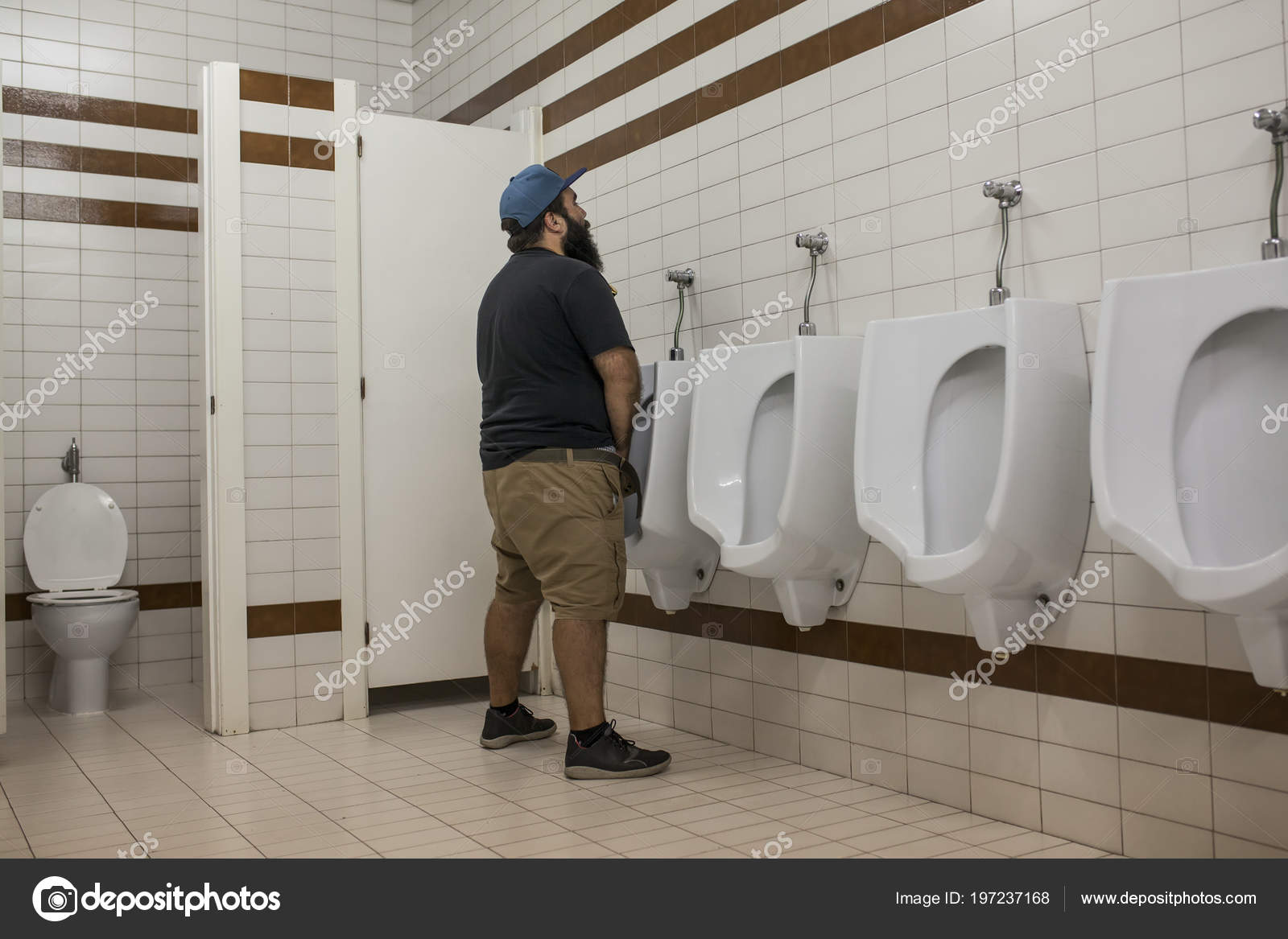 man-piss-in-urinal