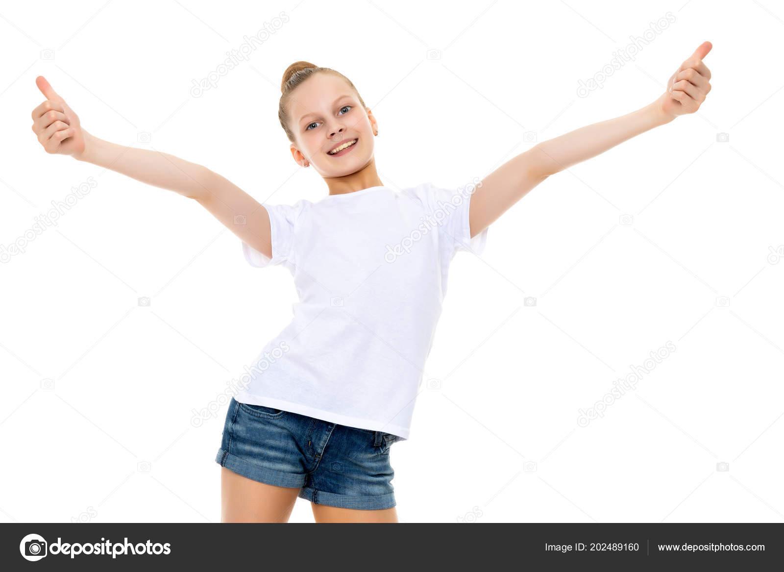 f02e8ccb3 Una niña en una camiseta blanca está sosteniendo su pulgar — Fotos de Stock