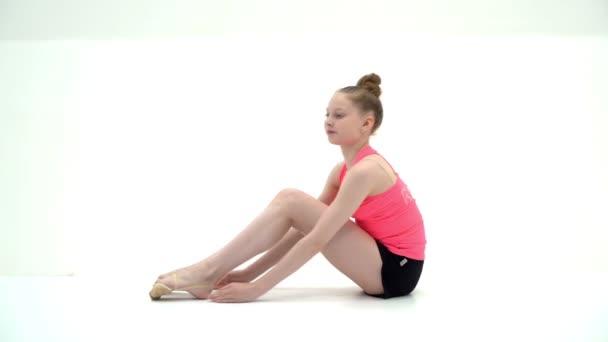 A tornász egy akrobatikus elemet ad elő a padlón..