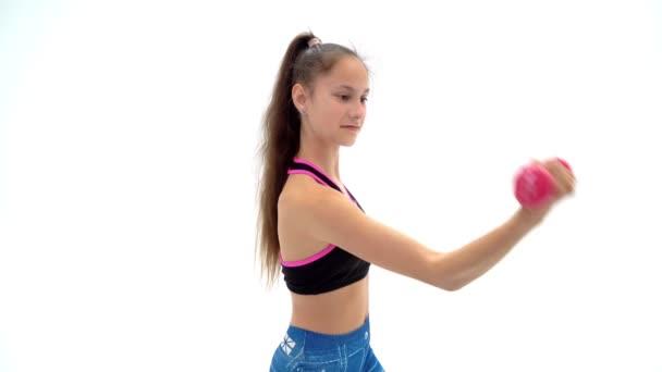 Dospívající dívka s činky v rukou