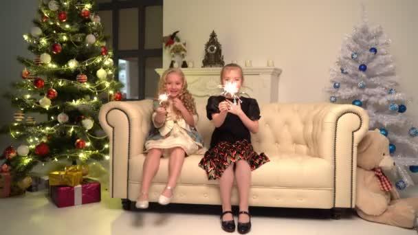 Dvě holčičky s jiskřičkami pod stromečkem