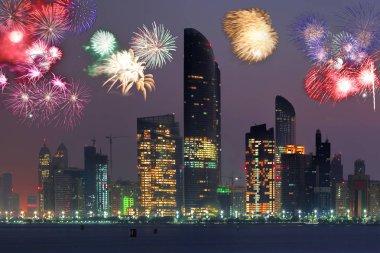 Abu Dhabi Birleşik Arap Emirlikleri Fireworks'de karşı gökdelenler ile