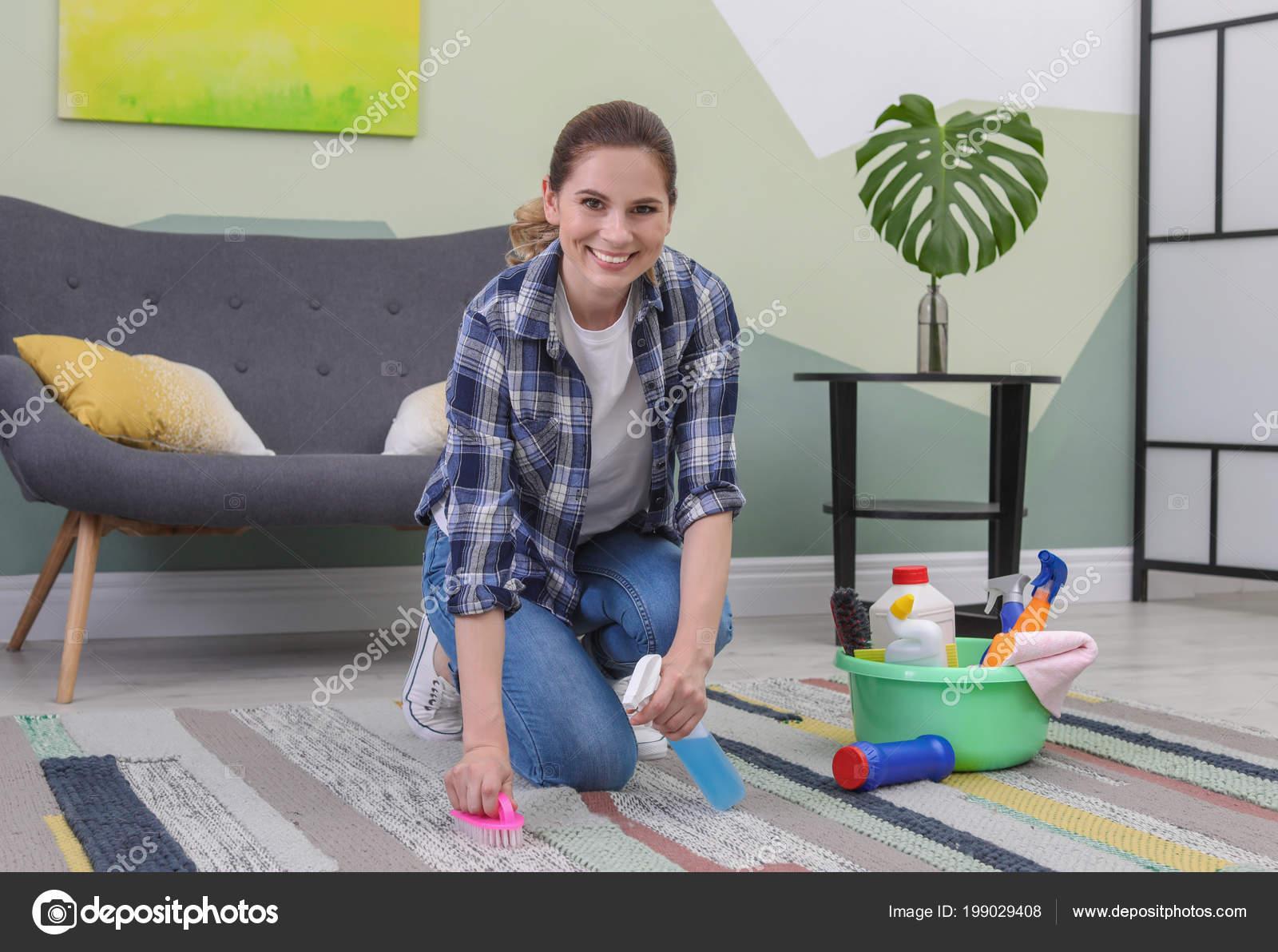 Mujer limpieza alfombras con cepillo casa fotos de stock liudmilachernetska 199029408 - Limpieza de alfombras en casa ...