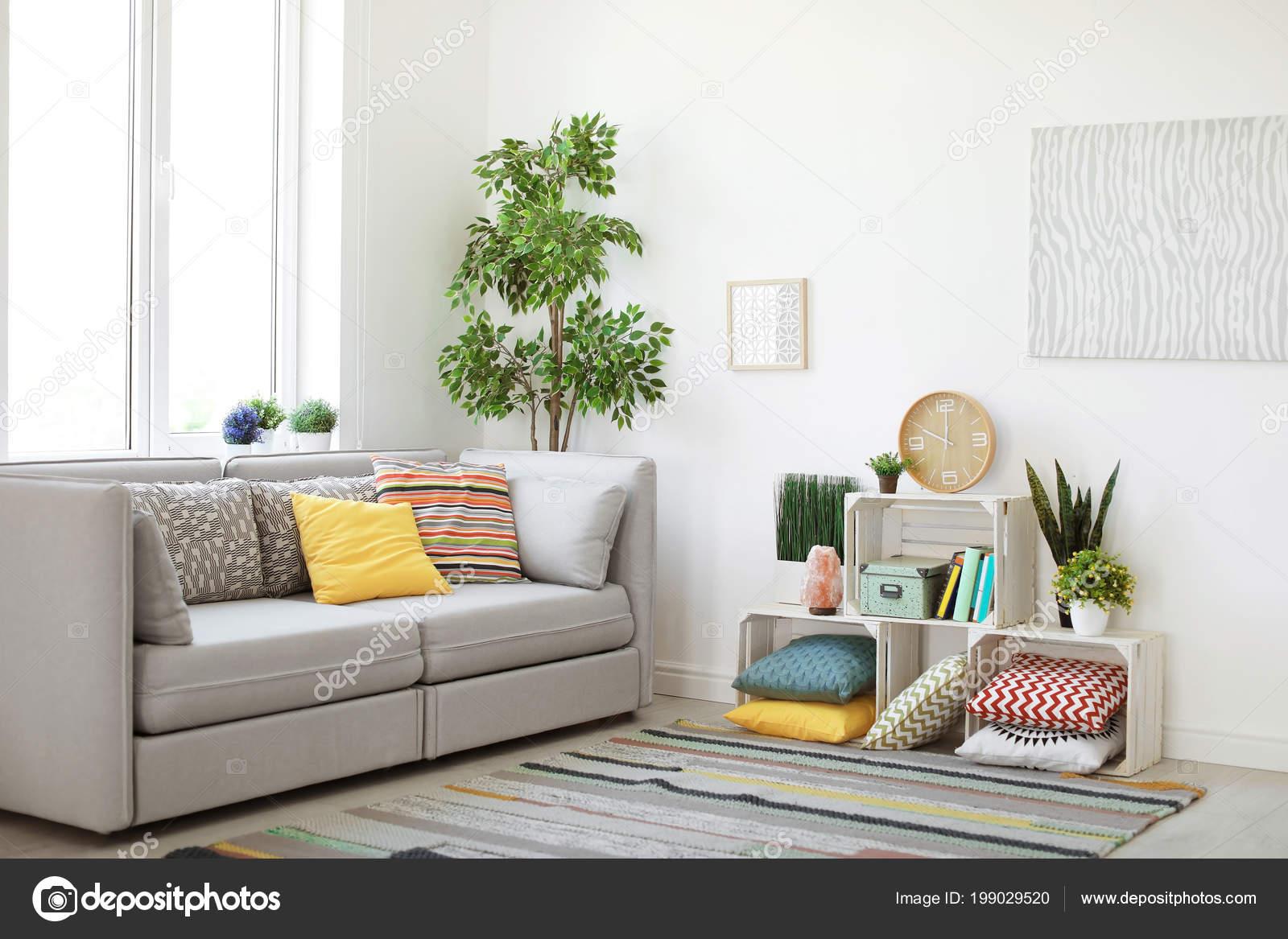 Interieur van moderne woonkamer met kussens bank u2014 stockfoto