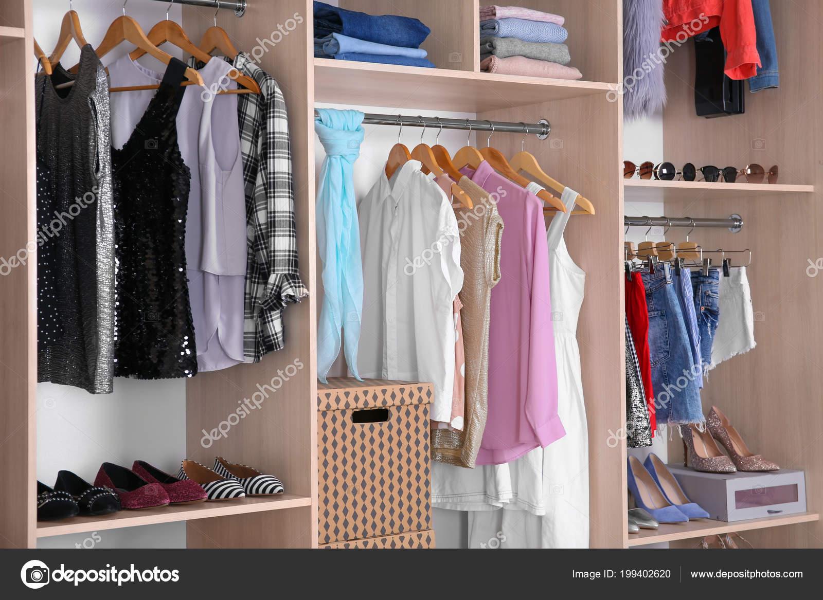 Містка Шафа Різних Одягу Взуття — Стокове фото — великий ... 769fc40d6792b
