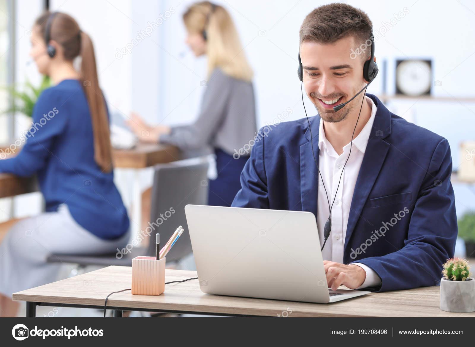 Réceptionniste mâle avec casque dans bureau u2014 photographie