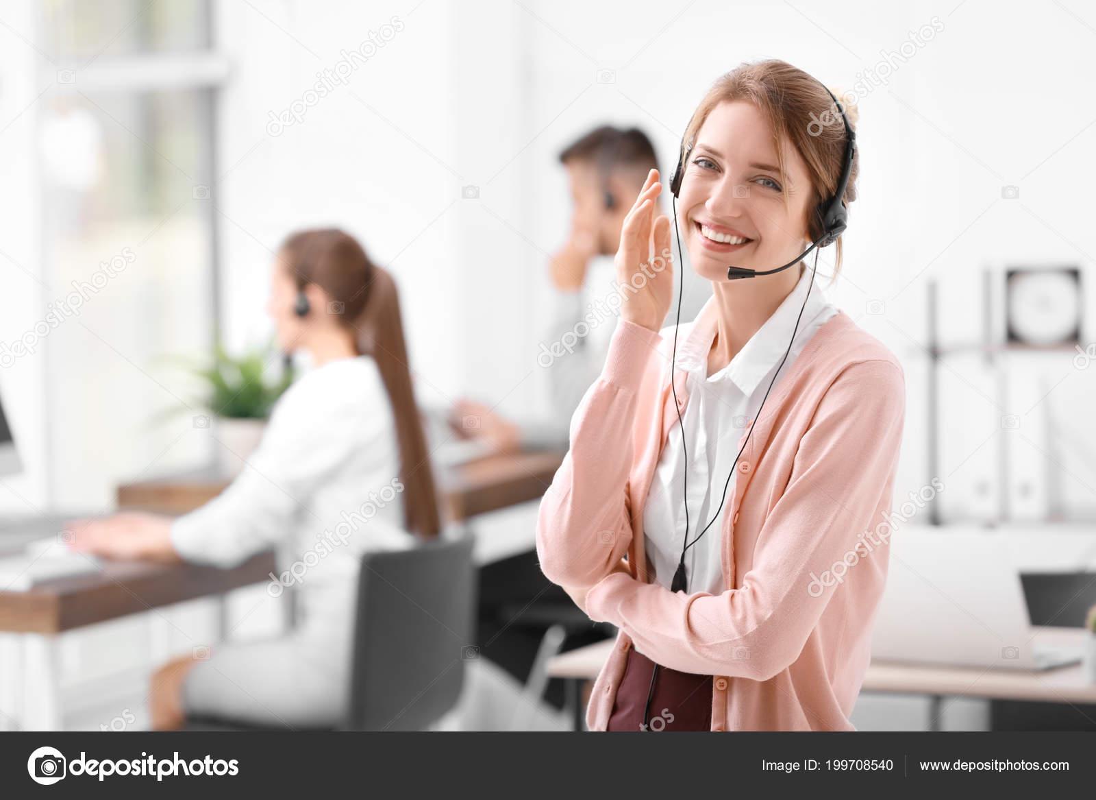 Jeune réceptionniste femme avec casque bureau u photographie