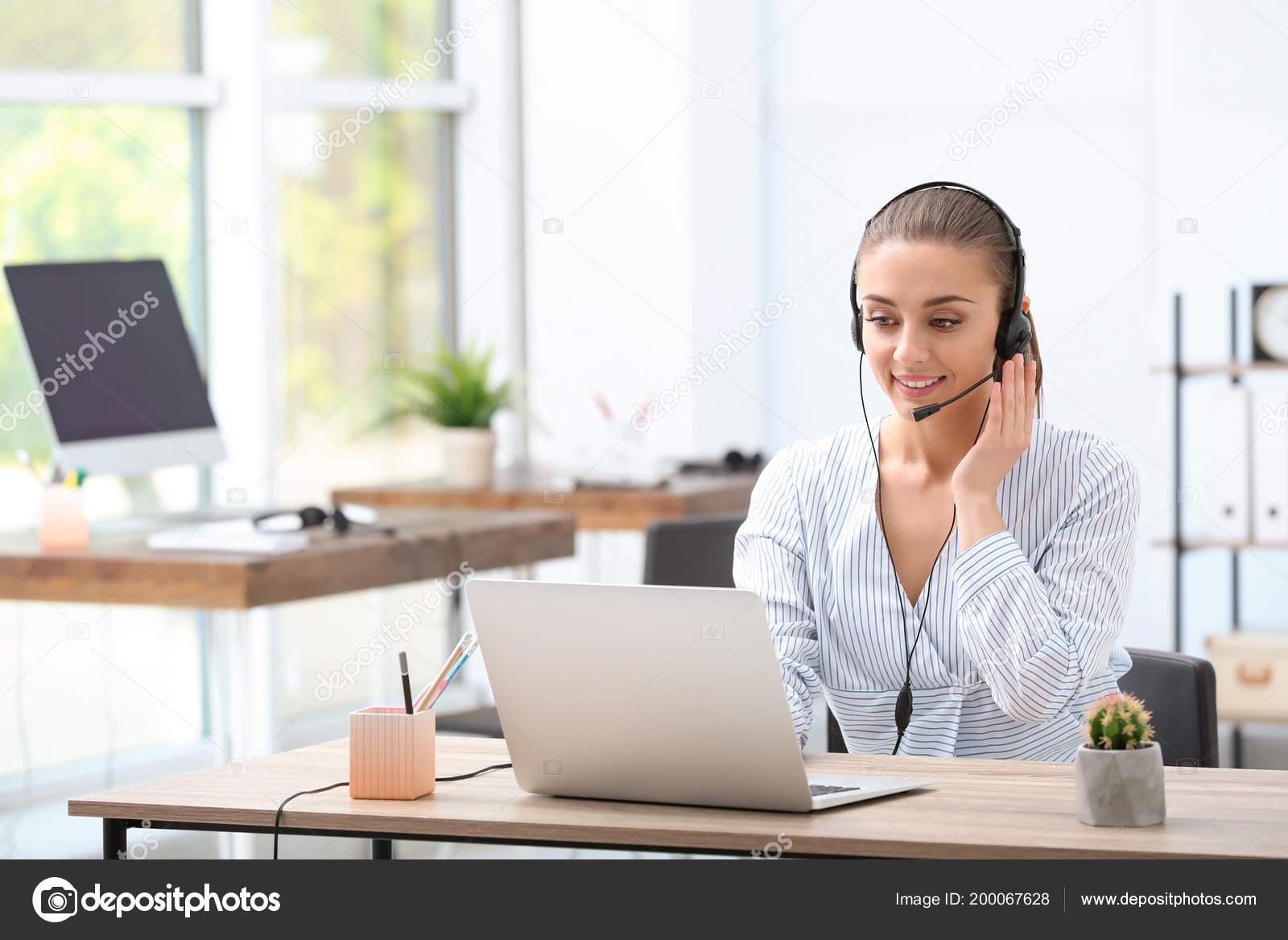 Réceptionniste femme avec casque dans bureau u2014 photographie