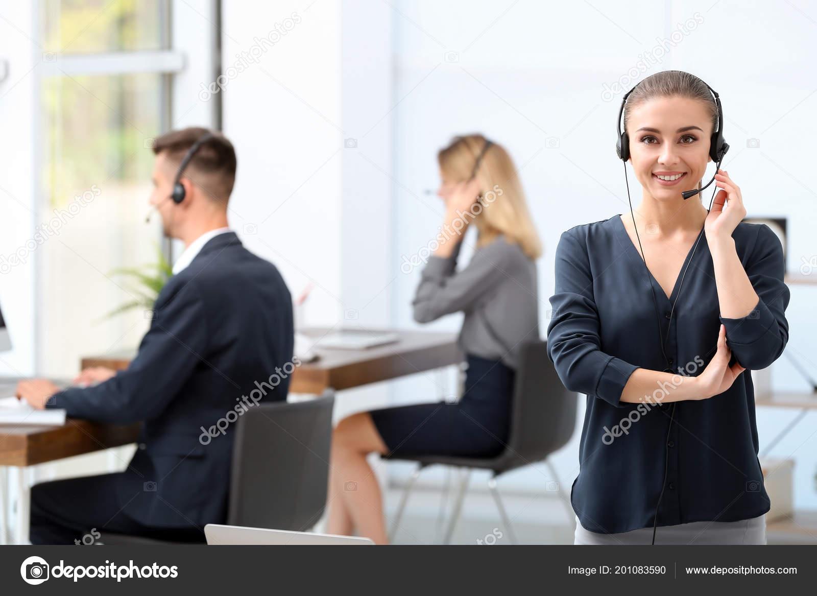 Jeune réceptionniste femme avec casque bureau u2014 photographie
