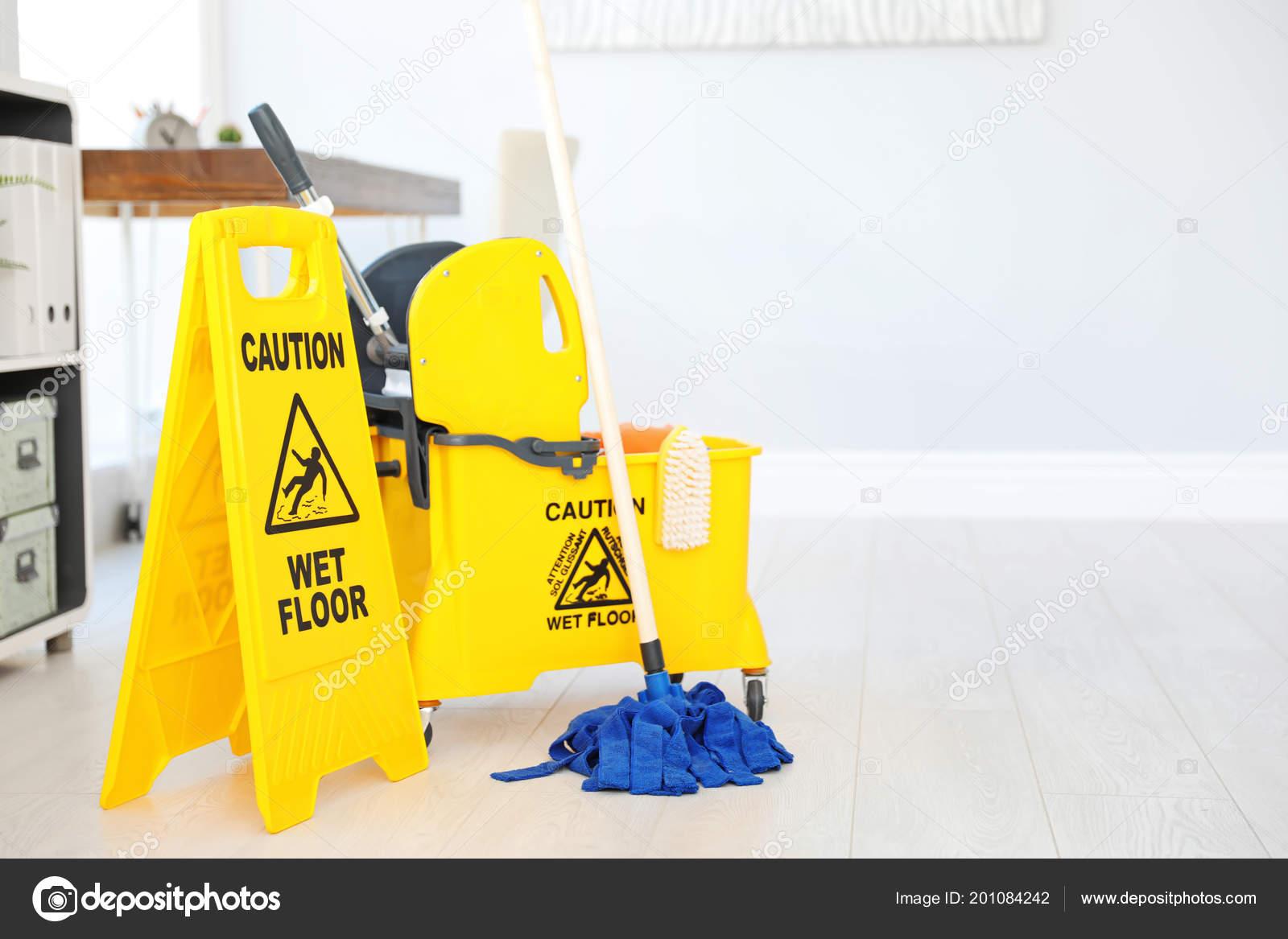Frase attenzione pavimento bagnato segno sicurezza benna con