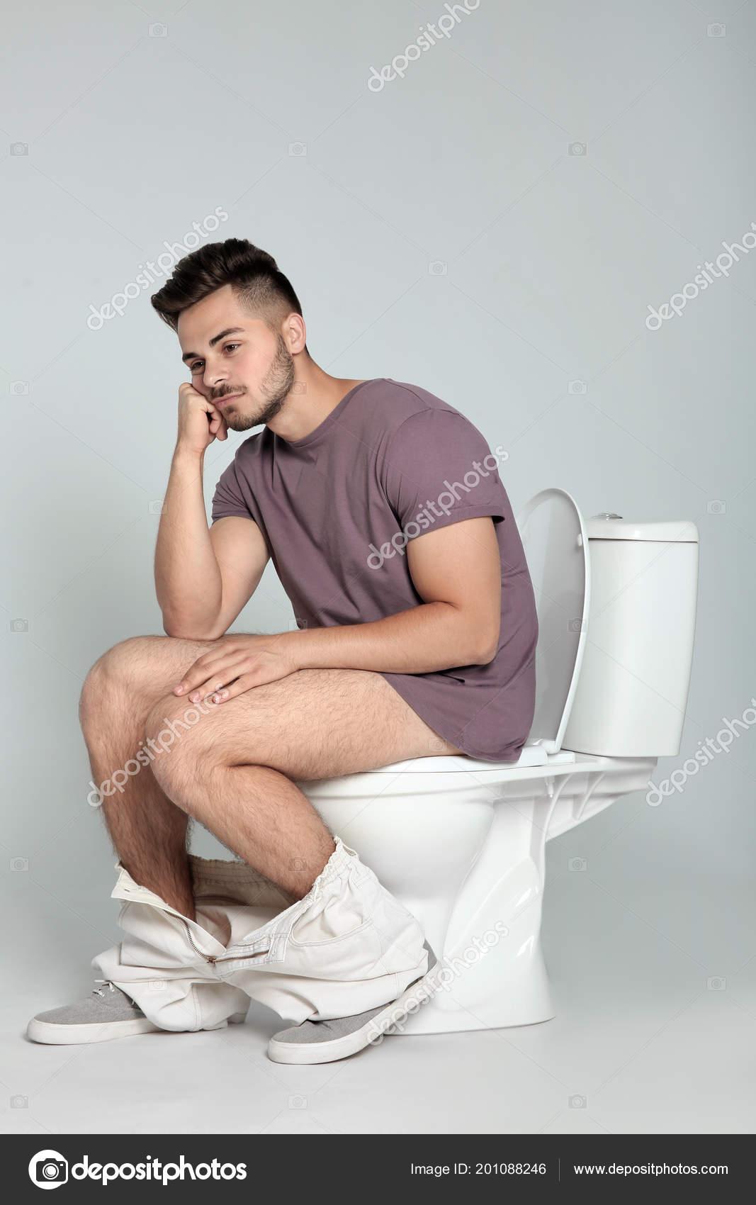 фото человек на унитазе