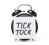 Sveglia e nota di Sticky Notes con parole Tick Tock su priorità bassa bianca. Concetto di tempo