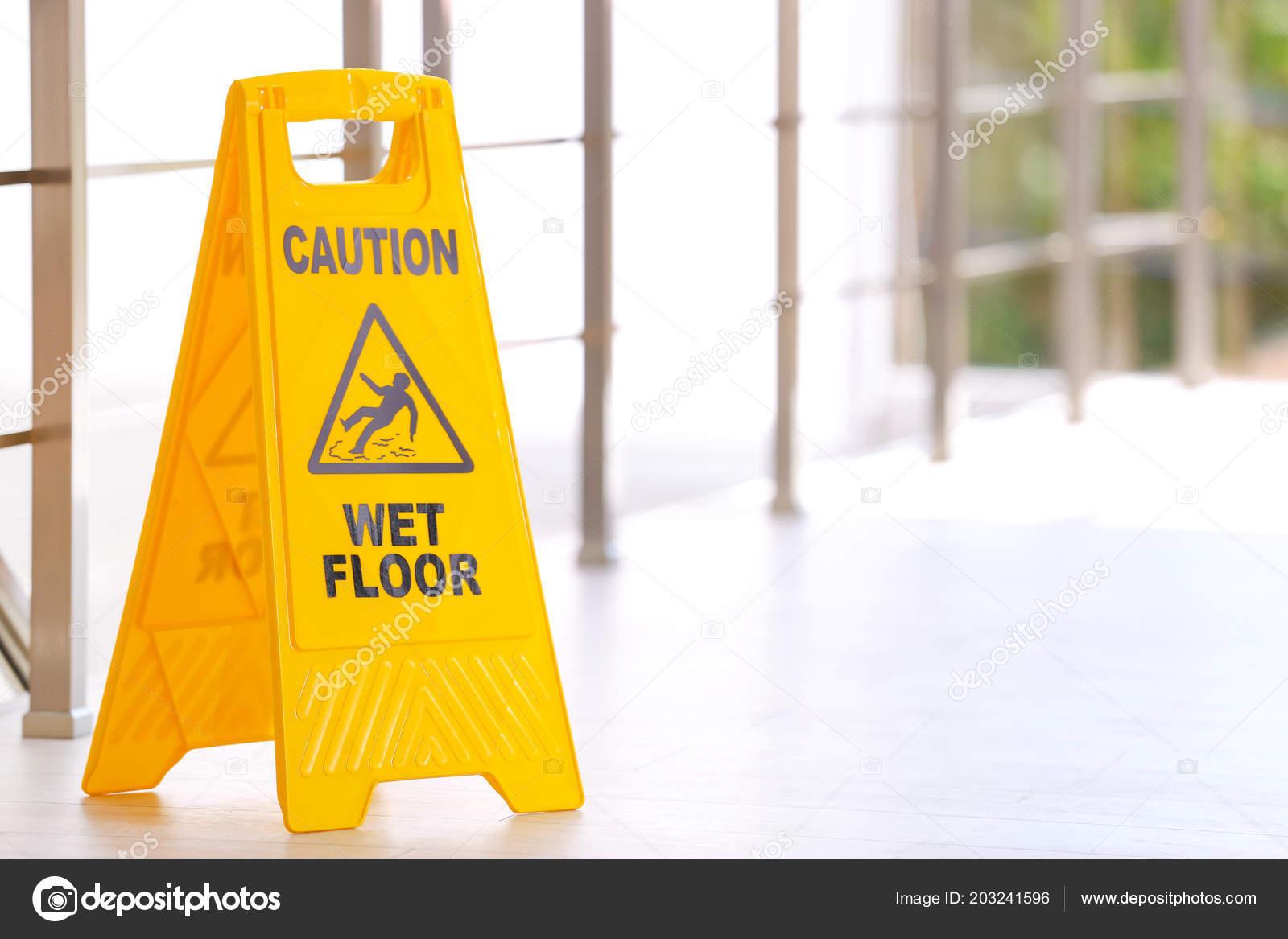 Segno sicurezza con frase attenzione pavimento bagnato chiuso