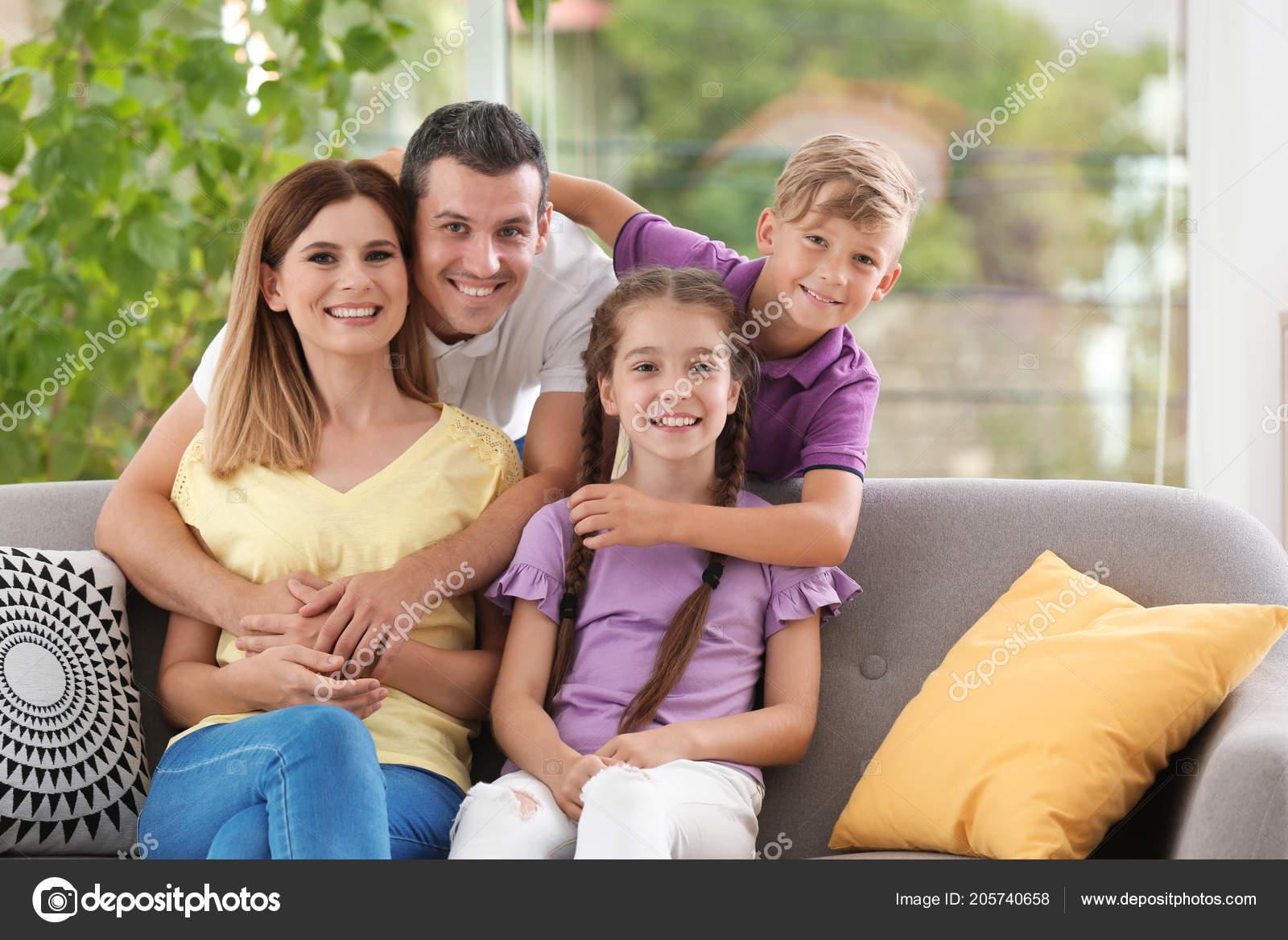 2b47b0ecf8b Ευτυχισμένη οικογένεια με χαριτωμένα παιδιά στο σπίτι — Εικόνα από  liudmilachernetska@gmail.com| ...