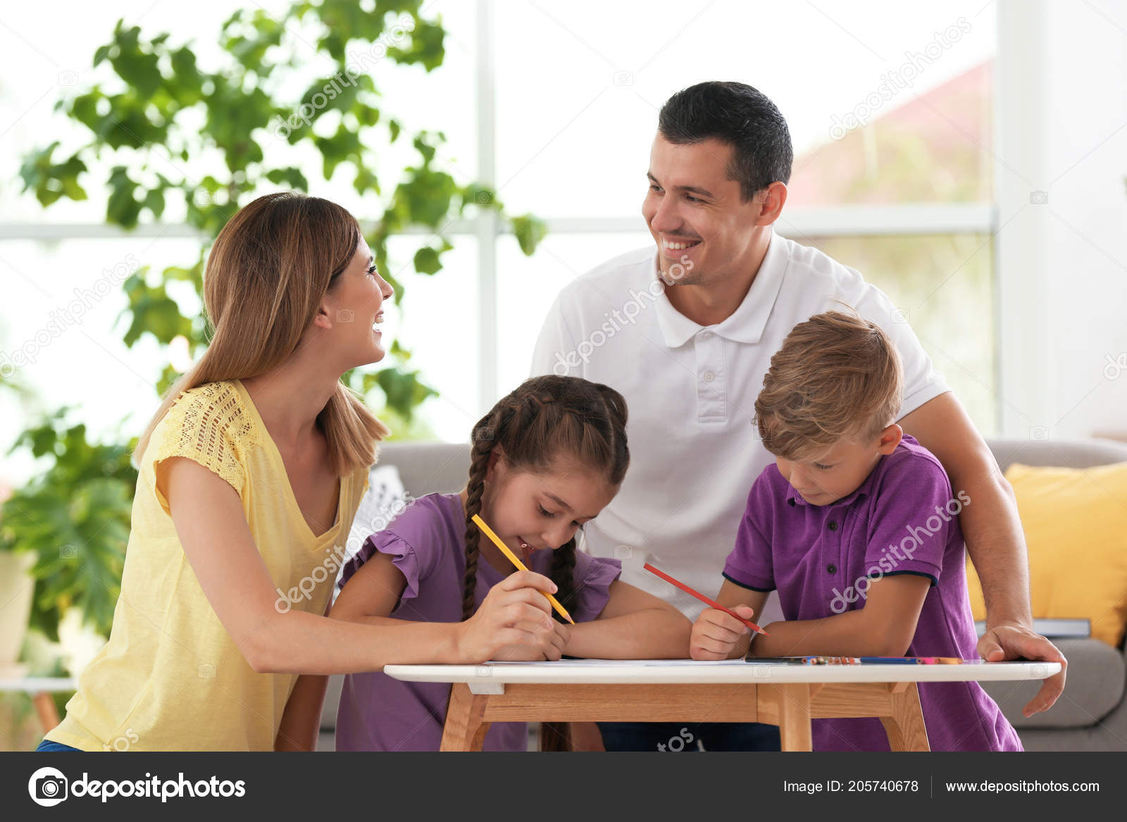 Τα παιδιά με γονείς σχεδίασης στο τραπέζι σε εσωτερικούς χώρους.  Ευτυχισμένη οικογένεια — Εικόνα από liudmilachernetska gmail.com 076d055d7df