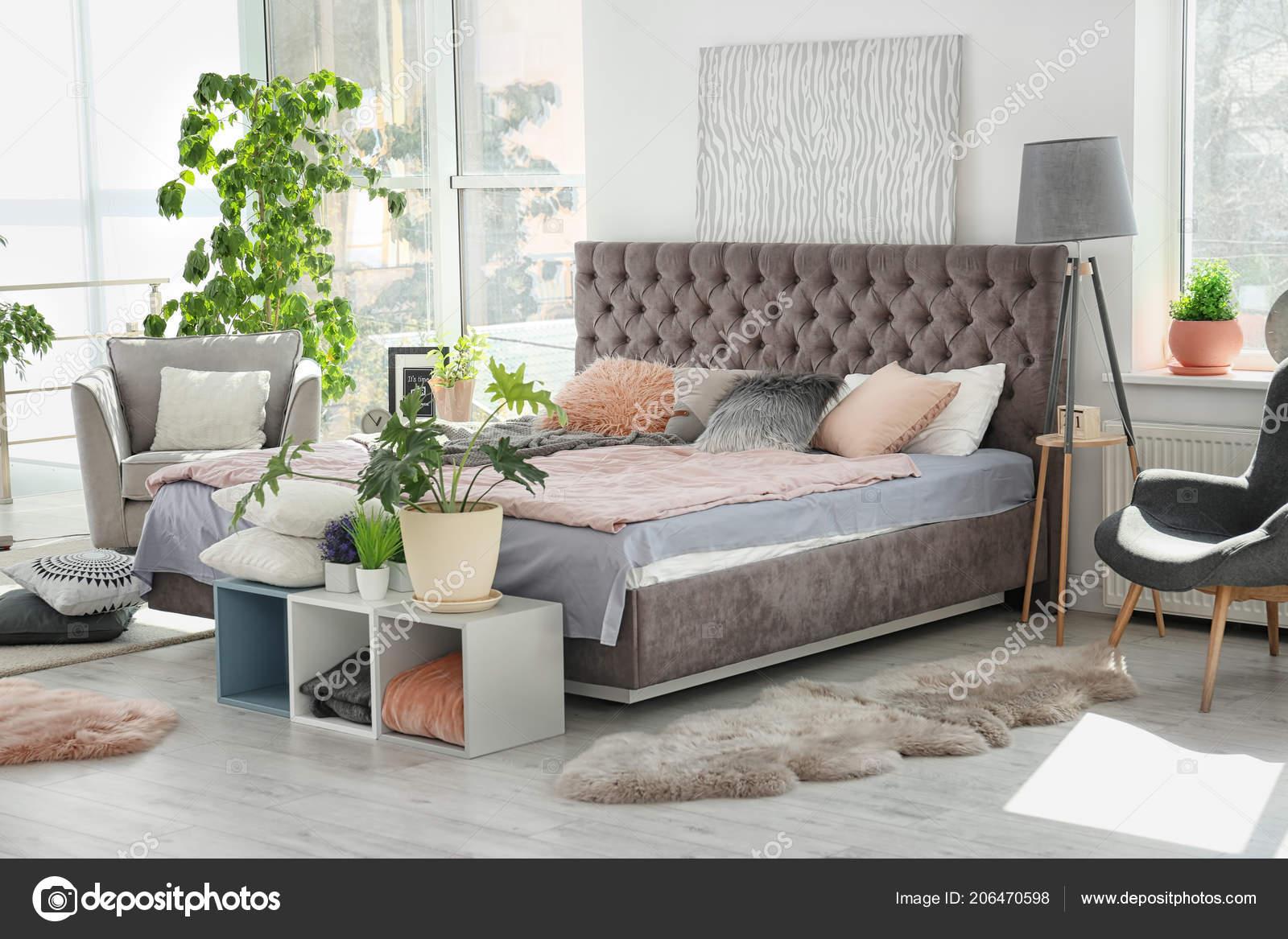 Intérieur Chambre Confortable Avec Grand Lit Confortable Fauteuil ...