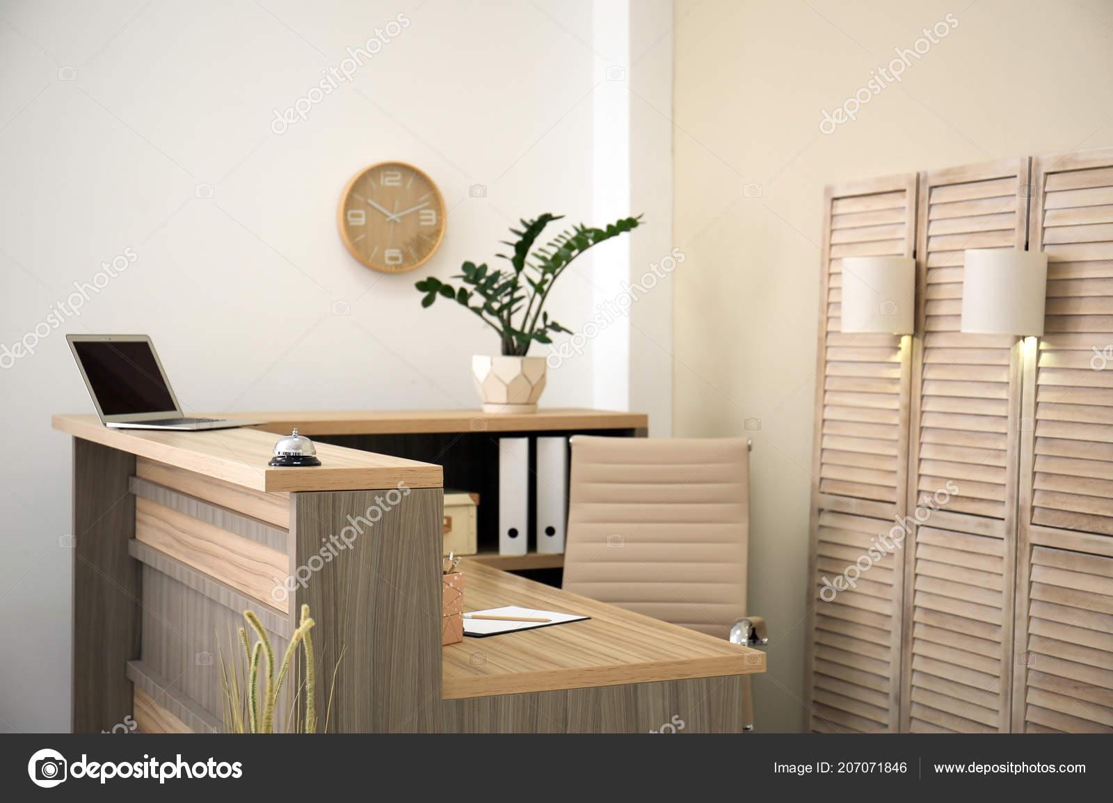 Werkplek Keuken Inrichten : Receptioniste bureau hotel werkplek inrichting u2014 stockfoto