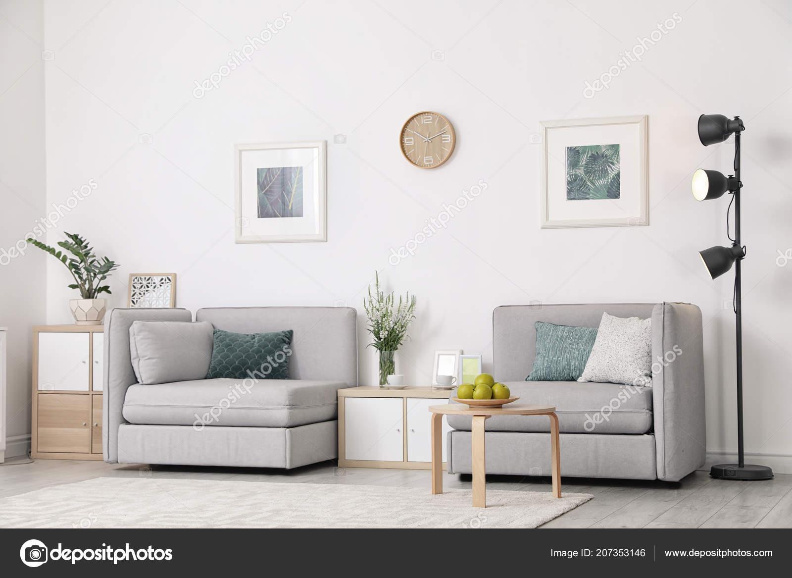 Interior Moderno Sala Estar Con Comodos Sillones Junto Pared Blanca - Sillones-comodos-y-modernos