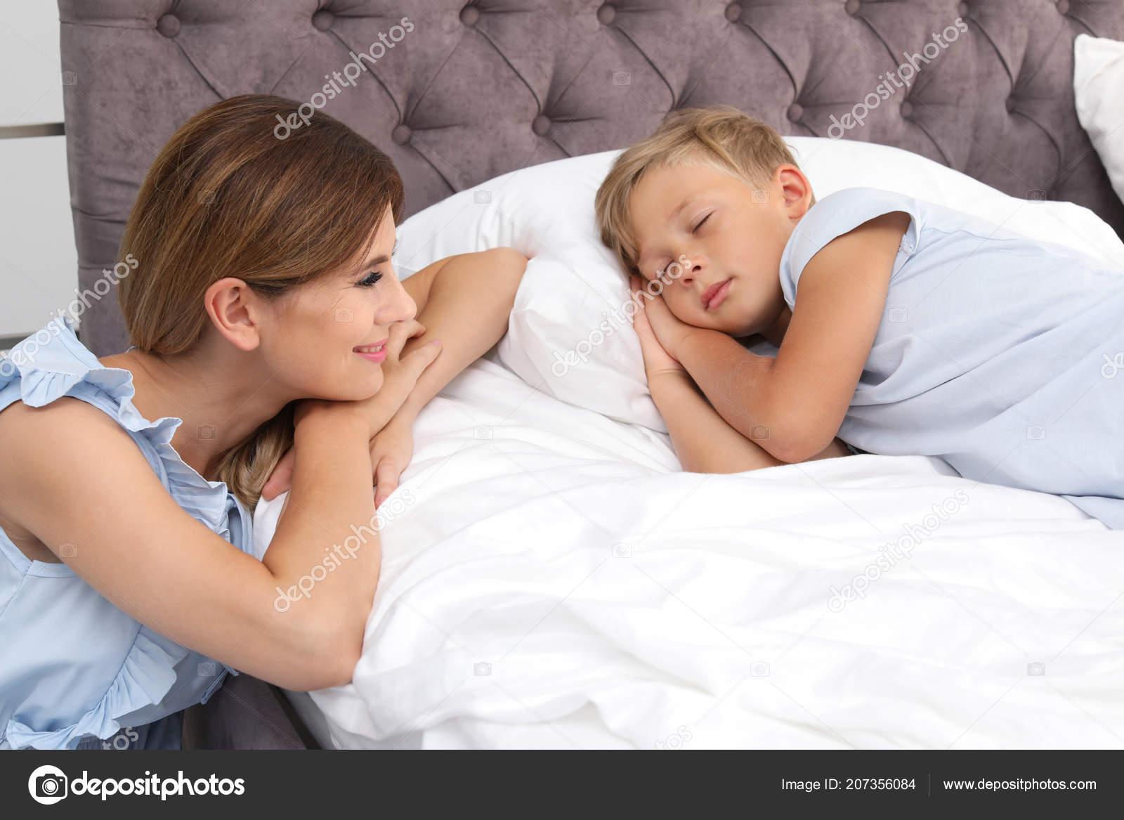 Син ебет свою родную мать, Сын трахнул свою родную мать смотреть онлайн на 17 фотография