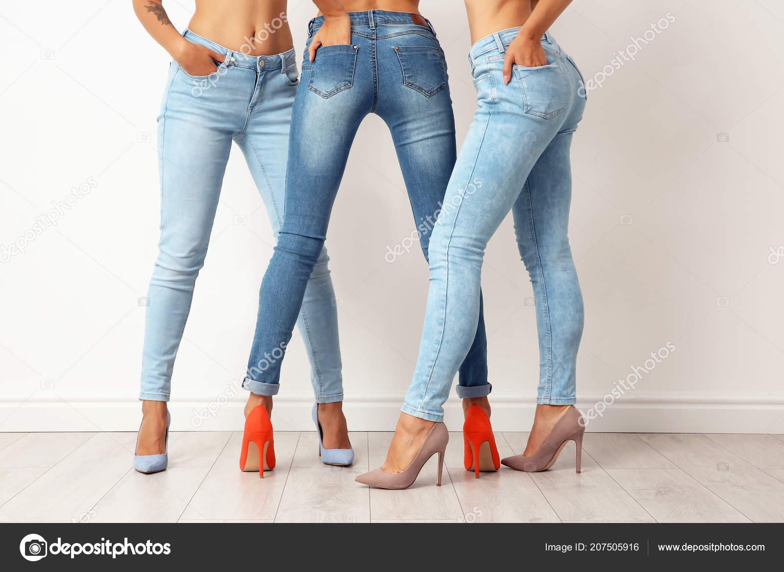 foto-molodih-modeley-v-obtyagivayushih-dzhinsah-porno-v-zhopu-sekretarshe
