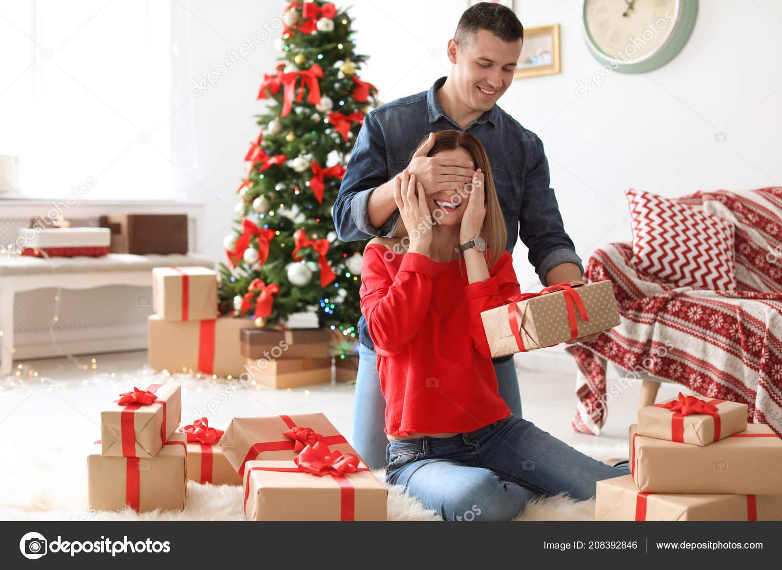 Jeune Homme Surprenant Copine Avec Cadeau Noël Maison