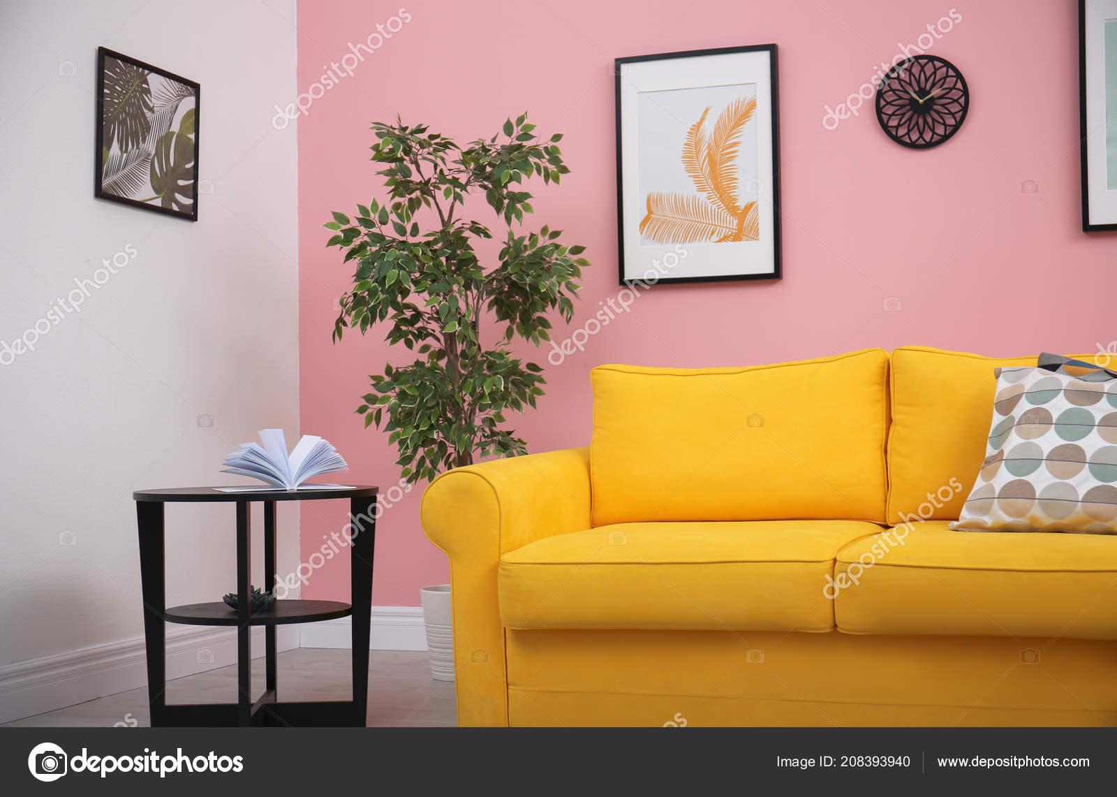 Modern Living Room Interior Comfortable Yellow Sofa Color Wall U2014 Fotografia  De Stock