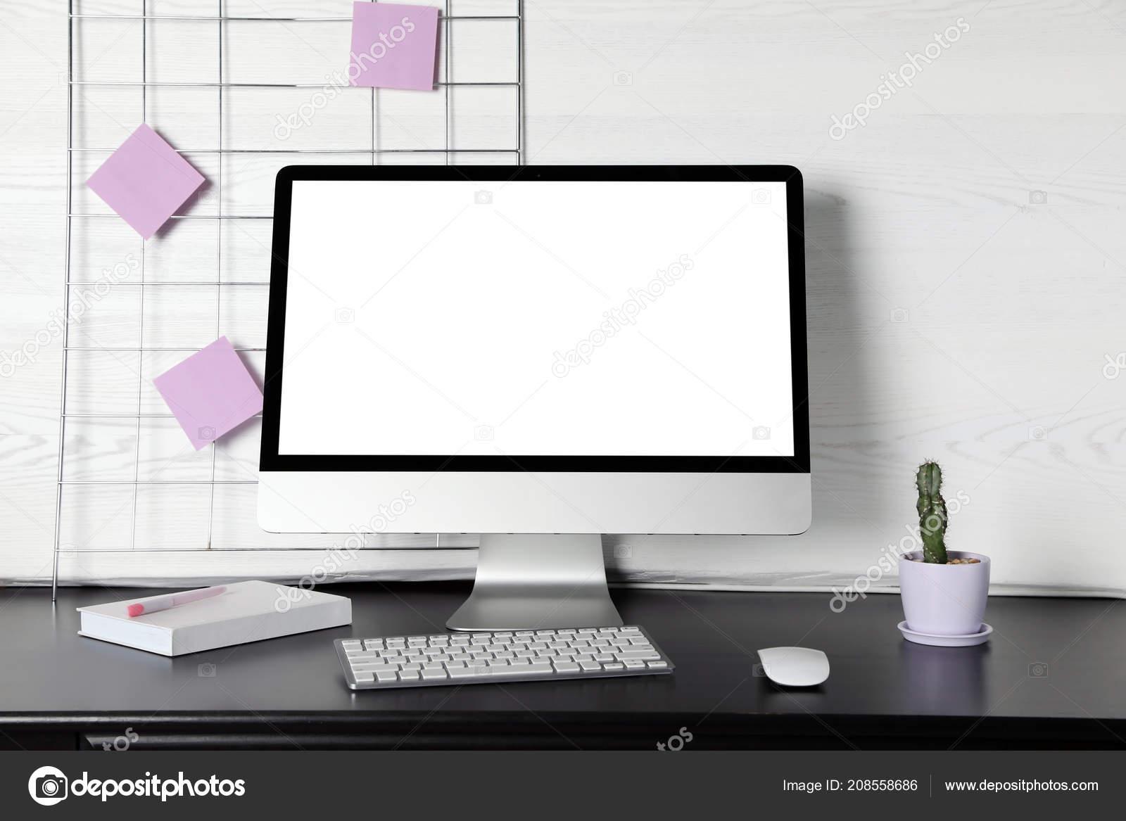 Écran ordinateur moderne sur bureau contre mur léger mock avec