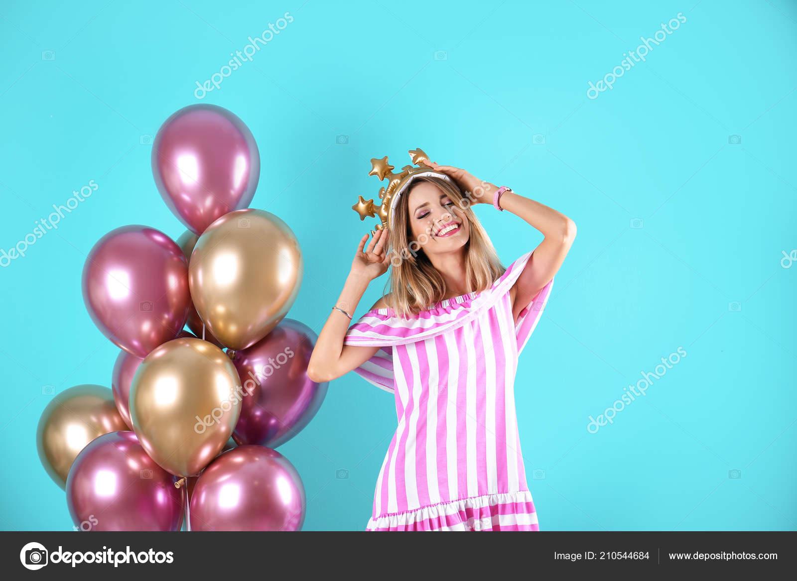 Mujer Joven Con Corona Aire Globos Sobre Fondo Color — Foto de stock ... 07589f59ca3