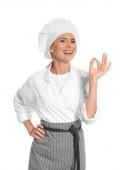 Köchin in Schürze zeigt perfektes Zeichen auf weißem Hintergrund