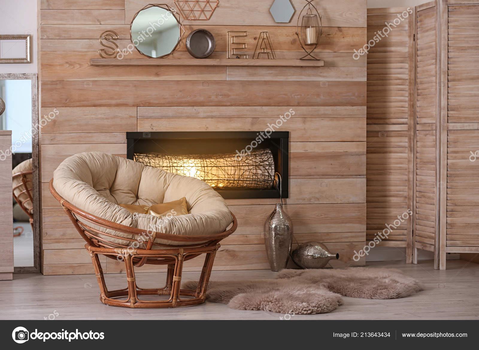 Gemütliches Wohnzimmer Interieur Mit Komfortablen Papasan Stuhl Und ...