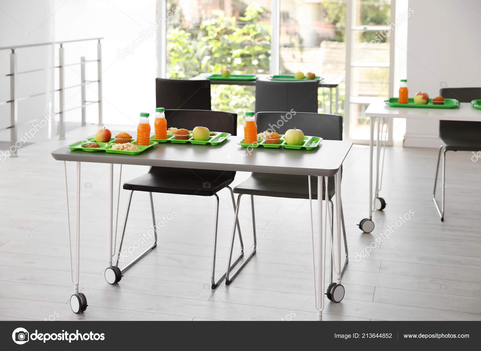 Bandejas Con Alimentos Sanos Mesa Comedor Escolar — Foto de stock ...