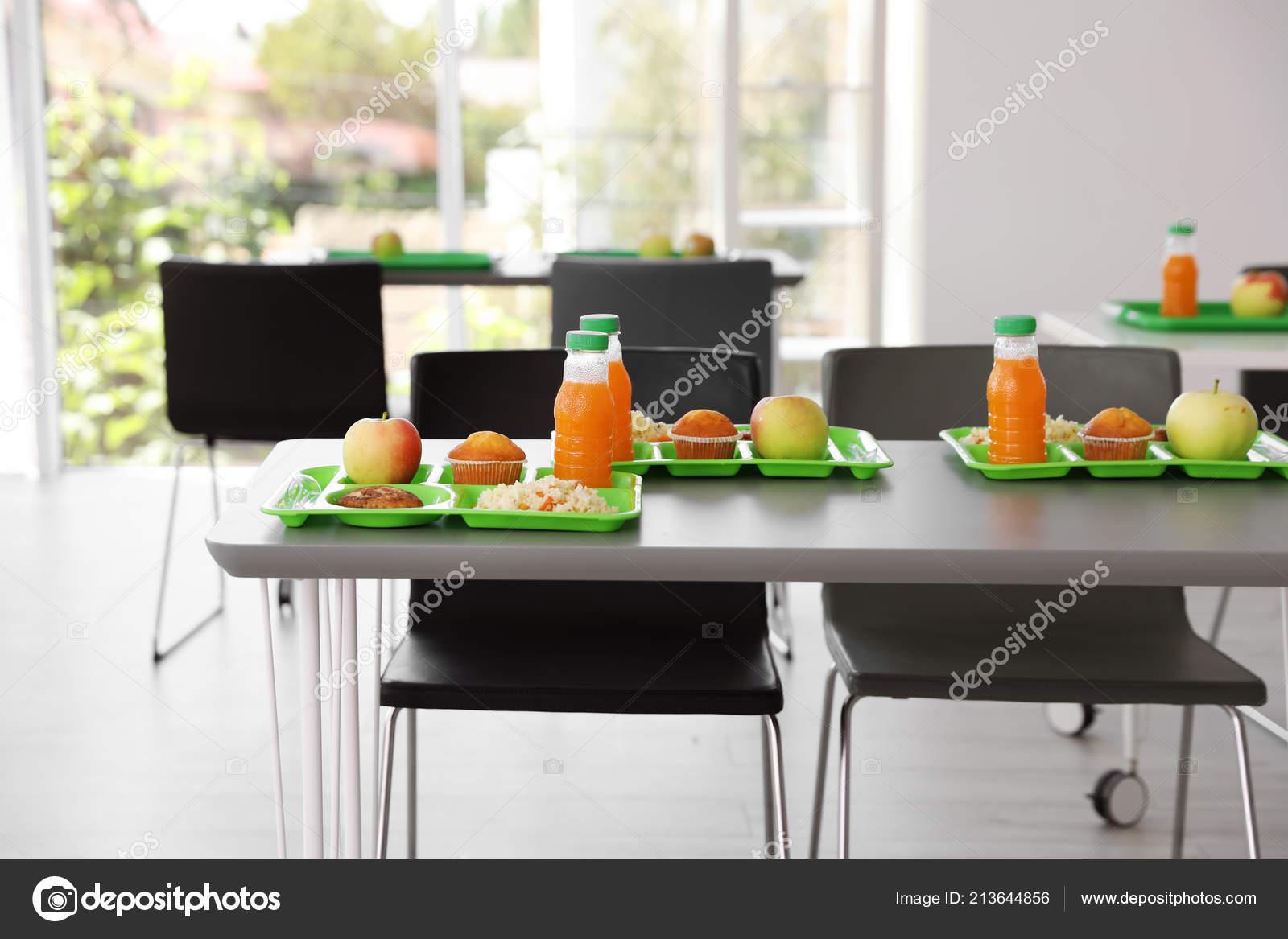 Bandejas Con Alimentos Sanos Mesa Comedor Escolar — Foto de ...