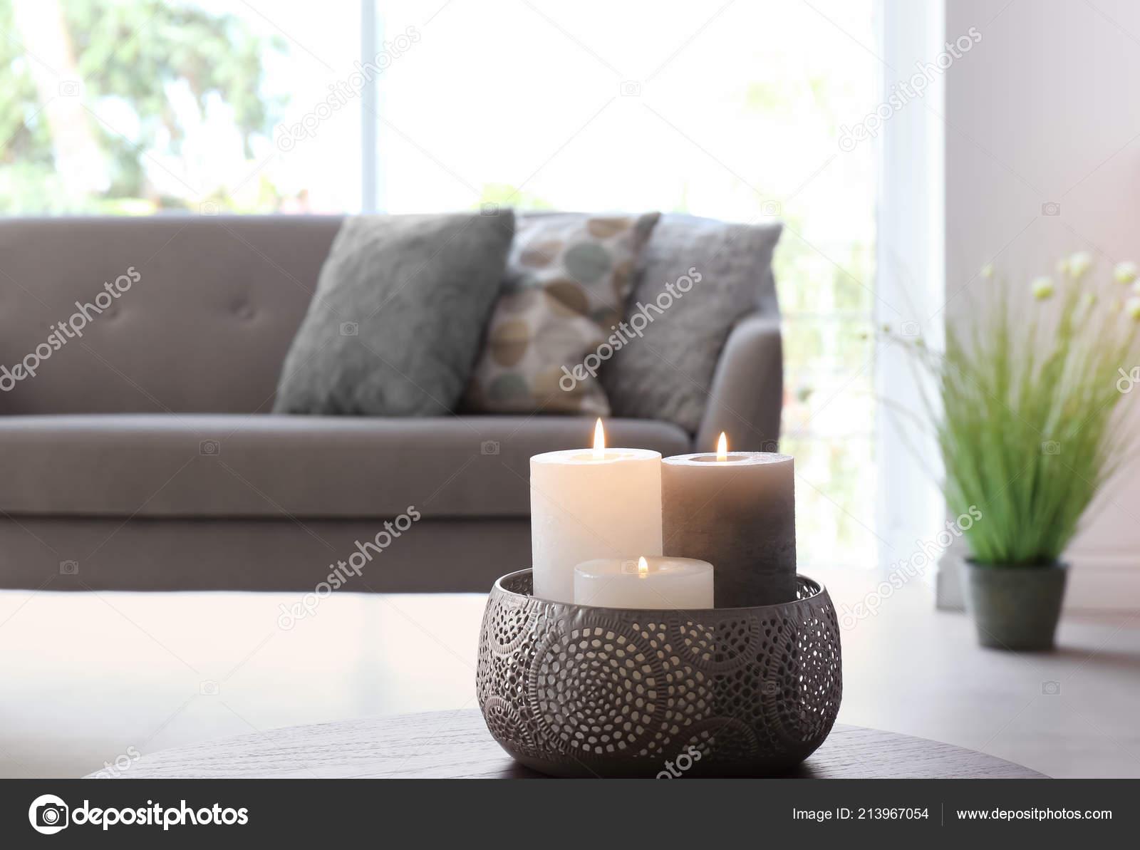 Vase Mit Brennenden Kerzen Auf Dem Tisch Wohnzimmer ...