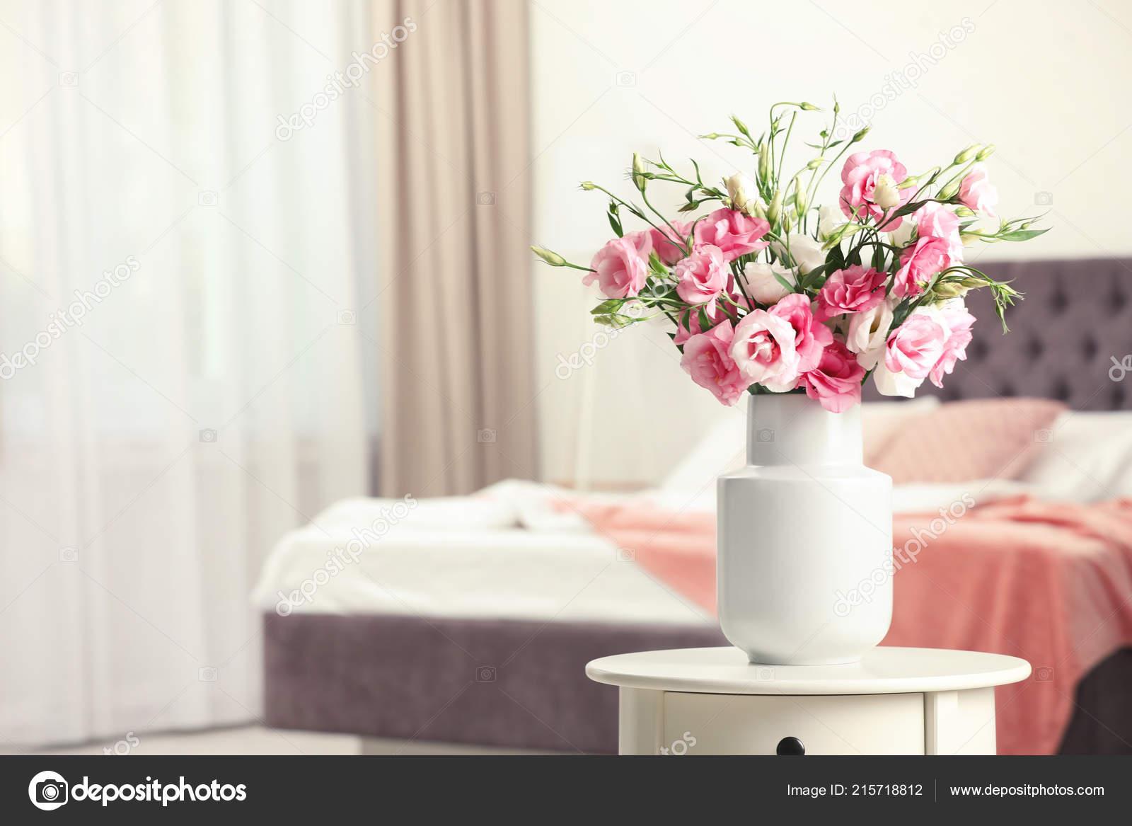 Vase Mit Blumen Auf Tisch Schlafzimmer Raum Fur Text Stockfoto