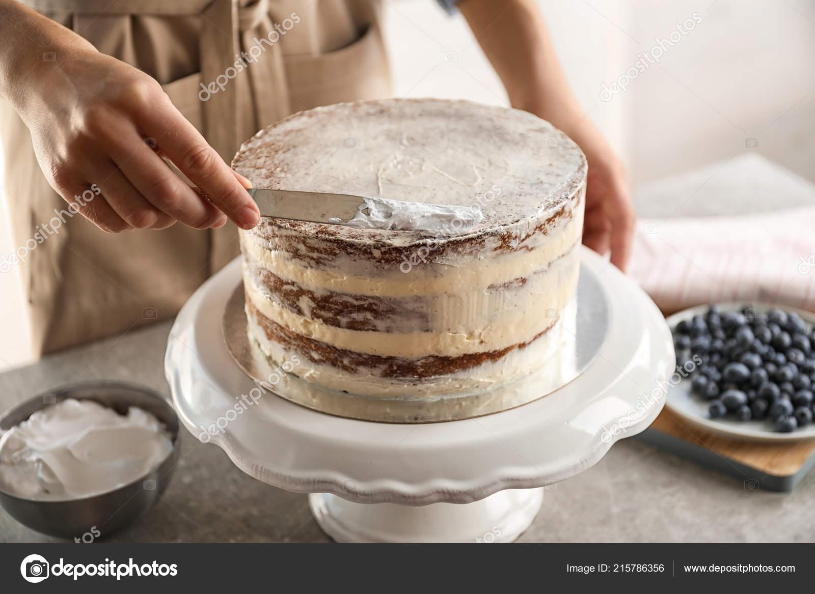 Femme Décoration Gâteau Délicieux Avec Crème Fraîche Sur Stand