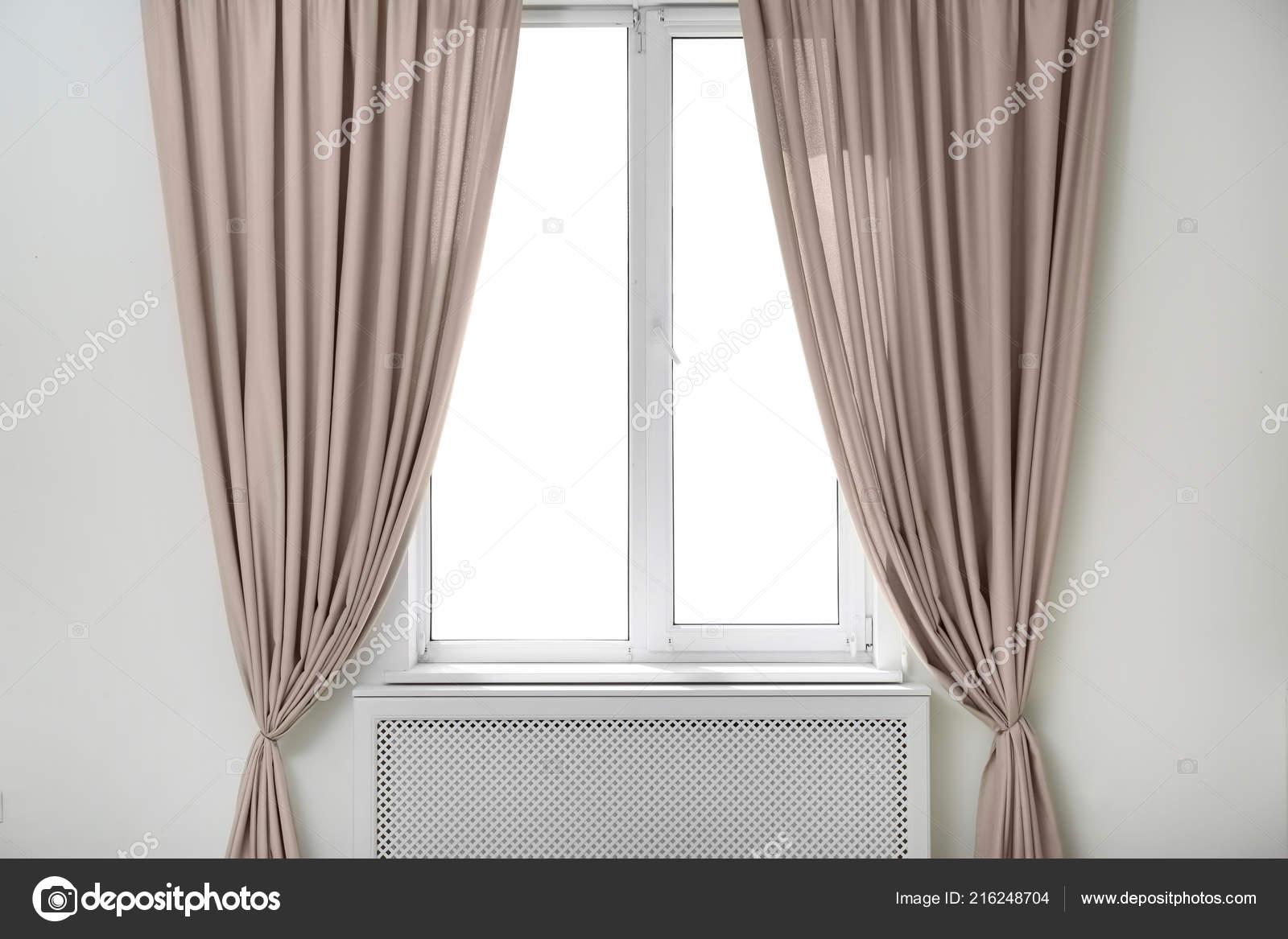 lichte kamer met raam gordijnen open interieur stockfoto