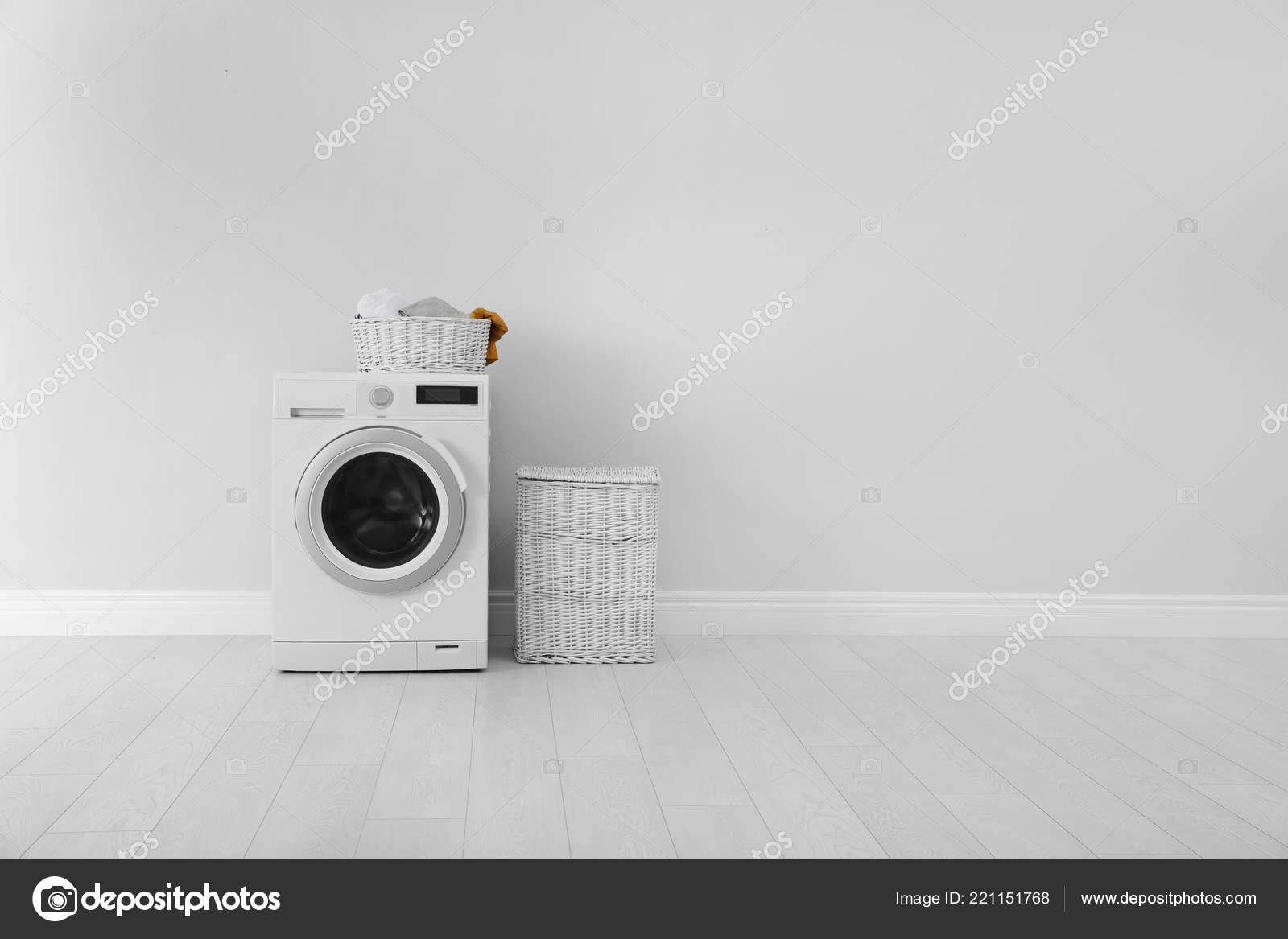 Wasserij kamer interieur met wasmachine buurt van muur u stockfoto