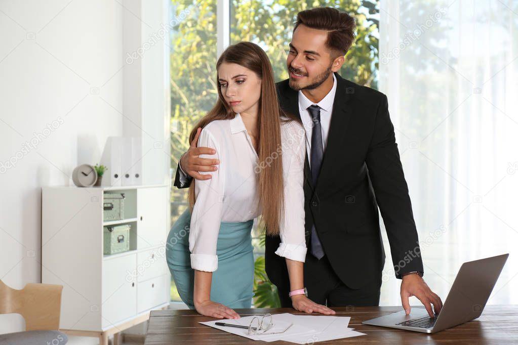 фото раскованная секретарша утешает босса молодой
