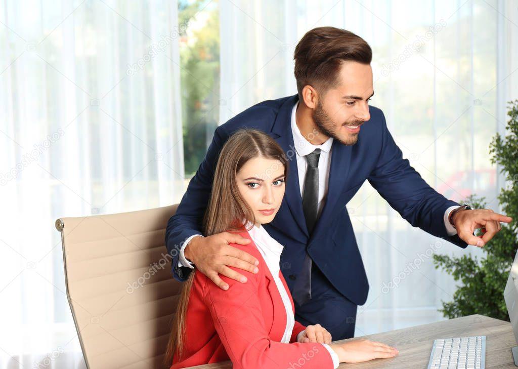 Сексуальная секретарша пристает к боссу — pic 6