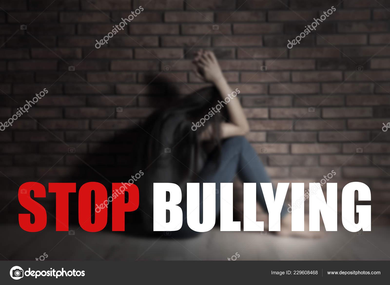 Mensajes Stop Bullying Triste Mujer Joven Sentada Piso Junto