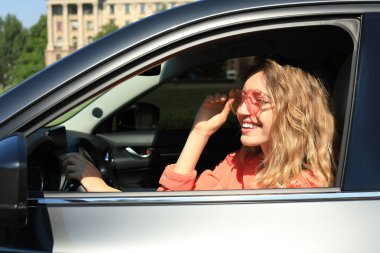 """Картина, постер, плакат, фотообои """"счастливая женщина с очками в форме сердца в машине страны"""", артикул 279003330"""
