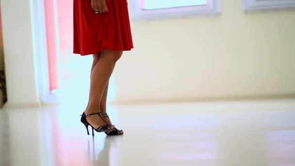 Der tanzende Frauentanz ist eine performative Kunstform, die aus gezielt ausgewählten Sequenzen menschlicher Bewegung besteht..