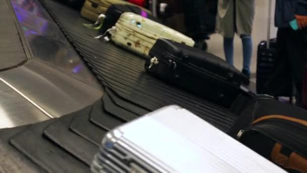 Zavazadla dopravník na letišti. Letiště zavazadel zavazadlo běžící pás