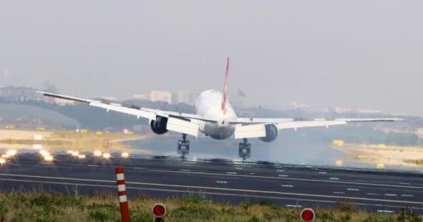 Letadla přistávají na letišti. Osobní letadlo přistání. Letící letadlo se blíží letiště