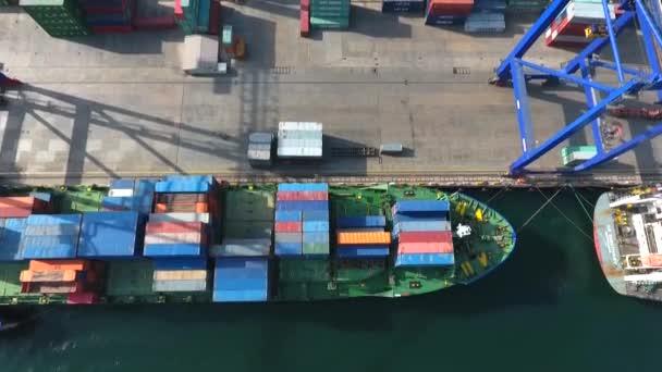 Kontejner Terminal.Loaded nákladní loď v Blue Sea