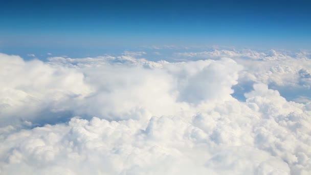 Modrý nebe velké bílé mraky počasí pozadí. letecký pohled nad mraky