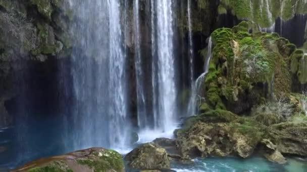 Vodopád Jerkopru ve čtvrti Mut v jižním Turecku Mersin nabízí vizuální pohoštění pro turisty z celého světa.